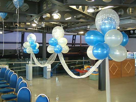 How to make a cloud 9 balloon cluster ehow uk for Balloon cluster decoration