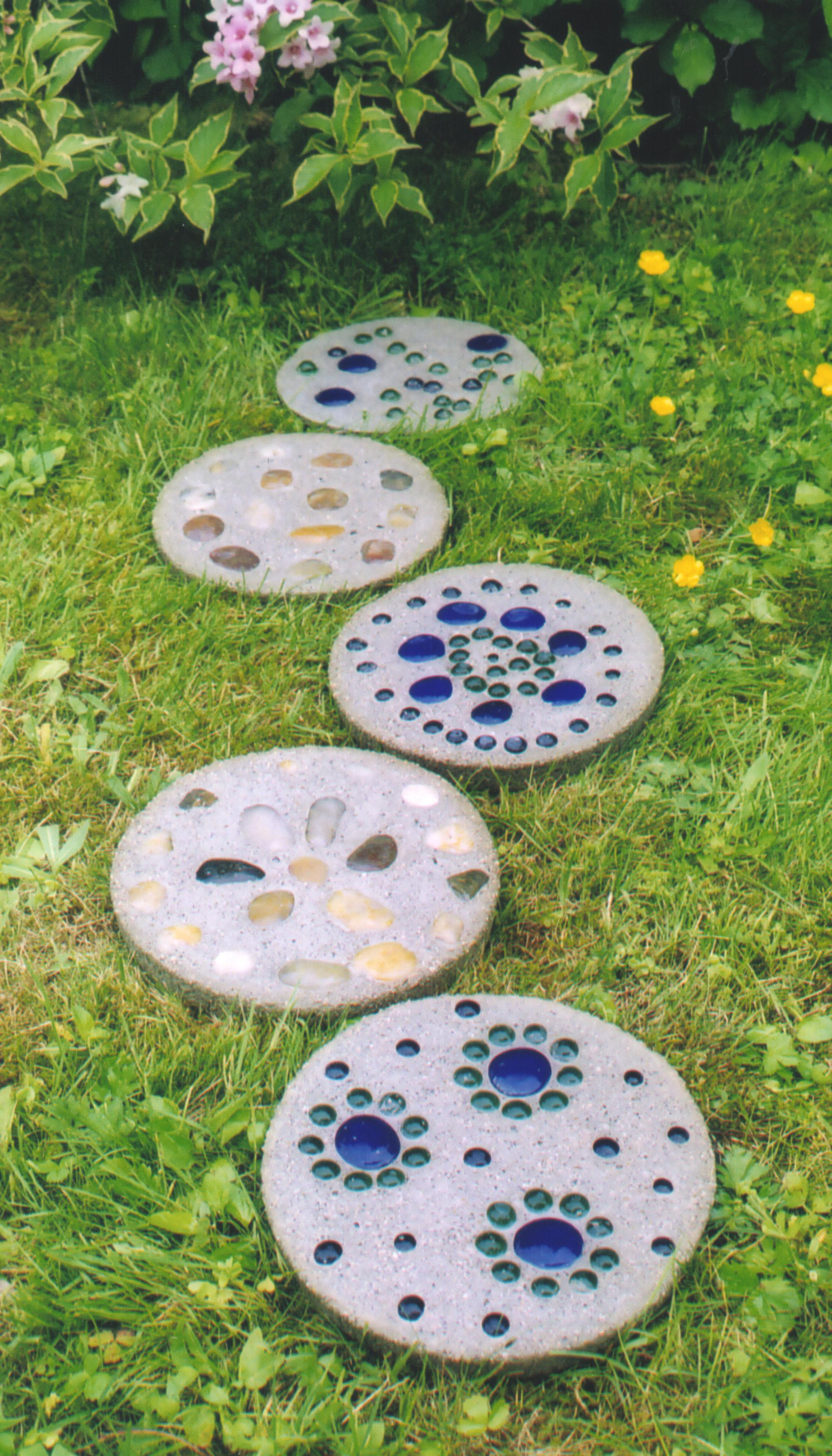 How to make garden stepping stones with quikrete ehow uk for Garden idea with stones