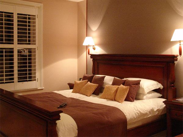 C mo decorar un dormitorio para una pareja casada ehow - Habitacion para pareja ...